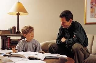 Pai e filho estudando